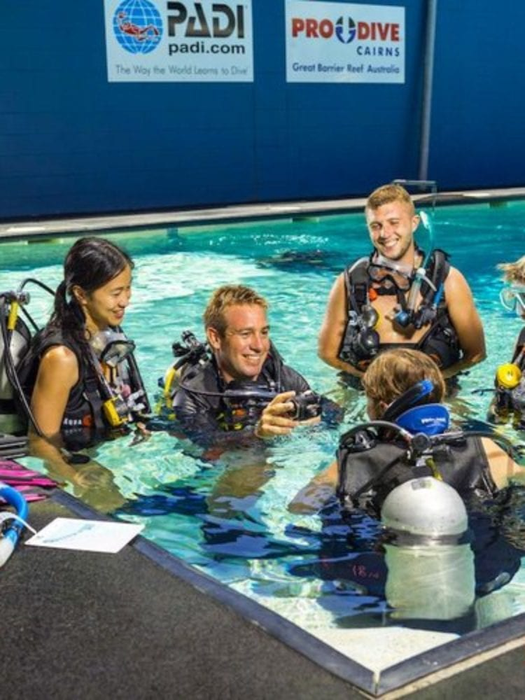 prodivecairns_students-in-pool
